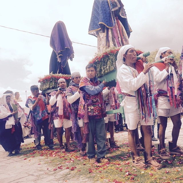 A procession in the Mayan village of Zinacantán near San Cristobal De Las Casas, Mexico. The people living here are the Tzotzil. #Mexico #Mayanculture #reismicrobe