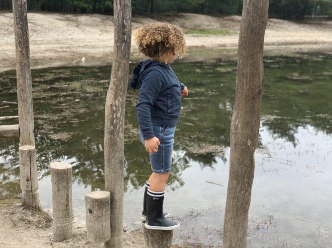 Op vakantie in Brabant. Spelen in en rond het bos.