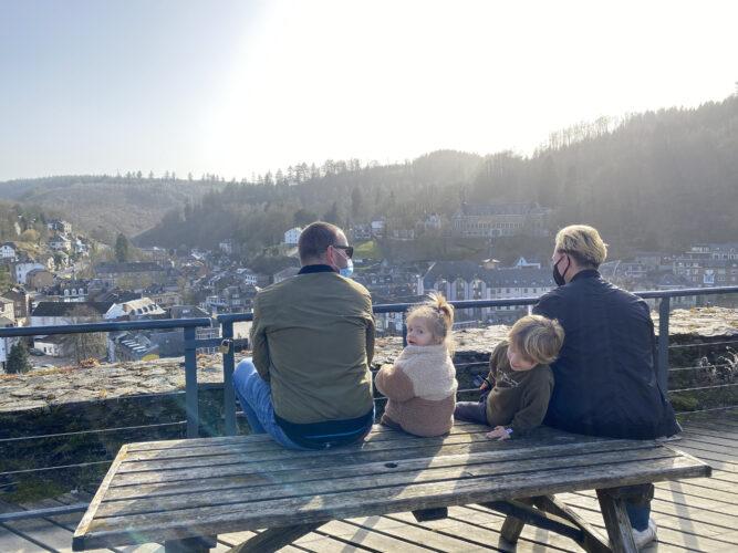 Uitzicht op La Roche vanop het oude kasteel. Genieten in de Ardennen.